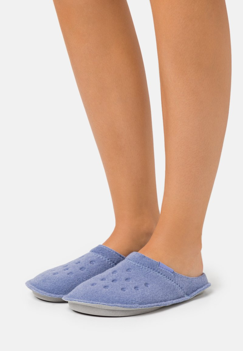 Crocs - CLASSIC ROOMY FIT - Slippers - lapis