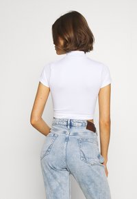 BDG Urban Outfitters - SHORT SLEEVE FUNNEL NECK ZIP TOP - T-shirts med print - white - 2