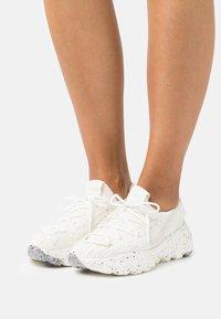 Nike Sportswear - SPACE HIPPIE - Sneakers laag - sail/light orewood brown/sail - 0