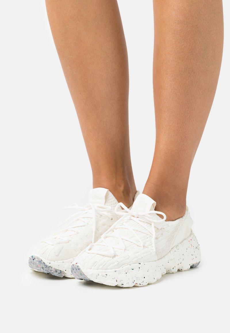 Nike Sportswear - SPACE HIPPIE - Sneakers laag - sail/light orewood brown/sail