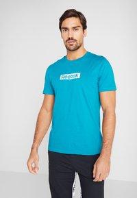 Reebok - ELEMENTS SPORT SHORT SLEEVE GRAPHIC TEE - Camiseta estampada - seatea - 0
