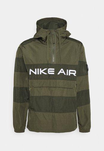 AIR ANORAK - Windbreaker - medium olive/cargo khaki/(white)