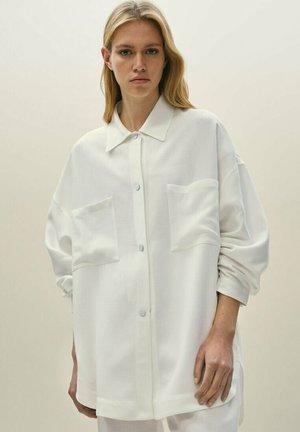 MIT AUFGENÄHTEN TASCHEN 06006706 - Button-down blouse - white