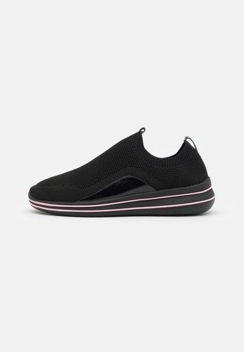 NYAME - Obuwie do biegania treningowe - new black/pink