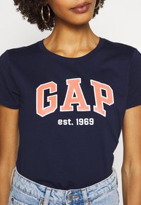 GAP - OUTLINE TEE - T-shirt z nadrukiem - navy uniform - 5