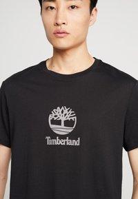 Timberland - STACK LOGO TEE - T-shirt z nadrukiem - black - 5