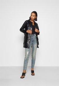 Missguided Petite - SINNER SINGLE KNEE RIP  - Jeans Skinny Fit - vintage wash - 1