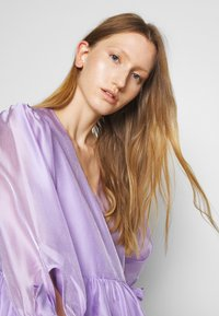 DESIGNERS REMIX - ENOLA WRAP DRESS - Robe d'été - lavender - 5