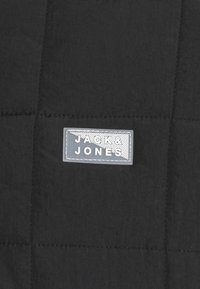 Jack & Jones - JCOMAGIC TWIST QUILTED JACKET HOOD - Allvädersjacka - black - 2