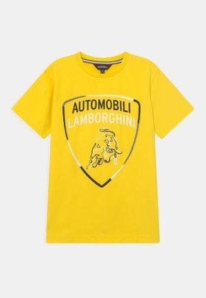 SHIELD - Print T-shirt - yellow