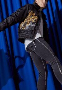 Versace Jeans Couture - COMFORT - Slim fit -farkut - black - 2