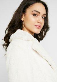 Miss Selfridge - BELTED LONGLINE WRAP COAT - Zimní kabát - cream - 3