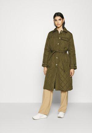 SRSTINNA QUILT COAT - Płaszcz wełniany /Płaszcz klasyczny - dark olive