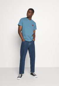 Tommy Jeans - BADGE TEE  - T-shirts basic - vintage denim - 1