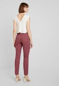 Fashion Union - BRICK TROUSERS - Spodnie materiałowe - red check - 2