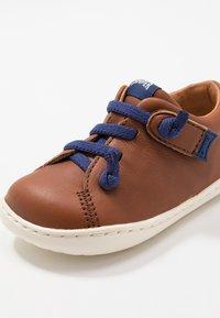Camper - PEU CAMI - Zapatos de bebé - brown - 5