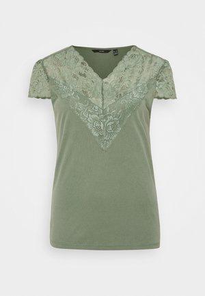 VMPHINE CAP SLEEVE - T-shirt med print - laurel wreath