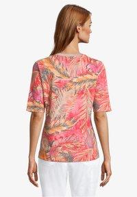 Betty Barclay - Print T-shirt - red/camel - 2