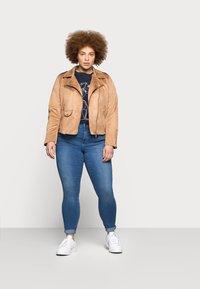 Vero Moda Curve - VMTANYA MRS PIPING  - Jeans Skinny Fit - medium blue denim - 1