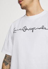 Karl Kani - ORIGINALS TEE UNISEX - Print T-shirt - white - 3