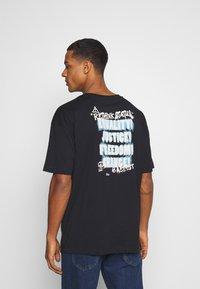 RETHINK Status - UNISEX OVERSIZED - T-shirt med print - black - 2