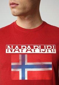 Napapijri - S-SURF FLAG - Print T-shirt - old red - 3
