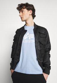 Alpha Industries - Print T-shirt - light blue - 3