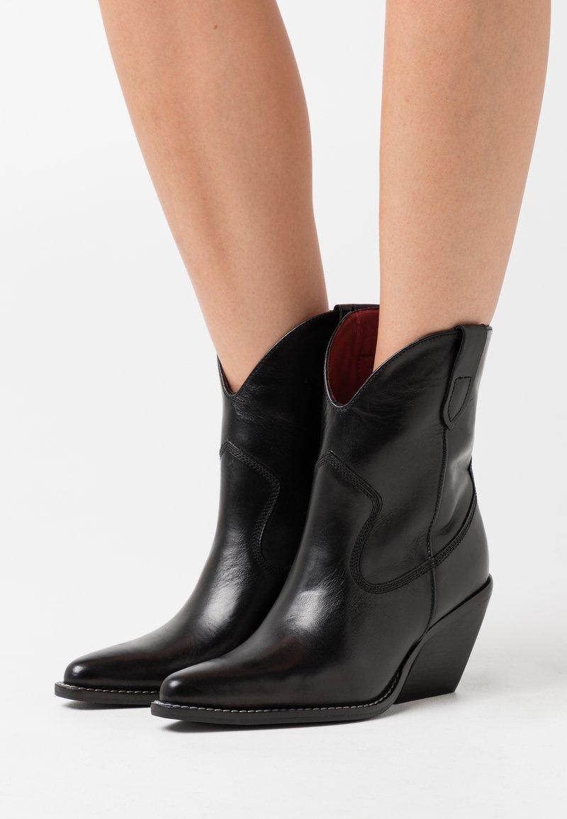 Bronx - LOW KOLE - Cowboy/biker ankle boot - black