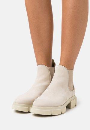 Kotníkové boty na platformě - nature