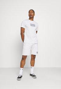 CLOSURE London - BOX LOGO TWINSET SET - Print T-shirt - white - 1