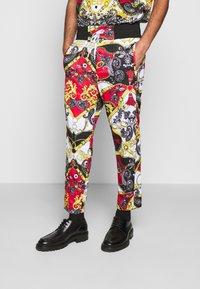 Versace Jeans Couture - TECNO PRINT BELT PAISLE - Tracksuit bottoms - rosso - 0