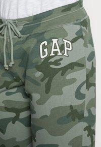 GAP - FASH  - Spodnie treningowe - green camo - 4