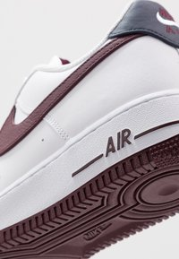 Nike Sportswear - AIR FORCE 1 07 LV8 - Sneakersy niskie - white/night maroon/obsidian - 5
