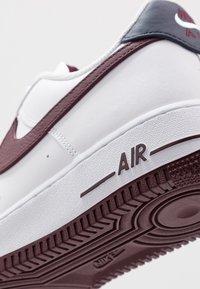 Nike Sportswear - AIR FORCE 1 07 LV8 - Joggesko - white/night maroon/obsidian - 5