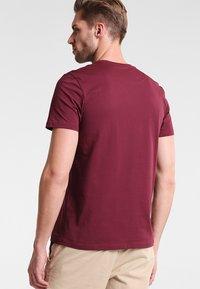 Lyle & Scott - T-shirt - bas - claret jug - 2