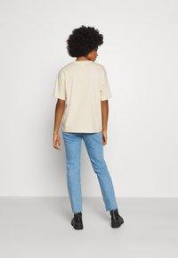 Monki - MAI TEE - T-shirts print - beige placement print - 2