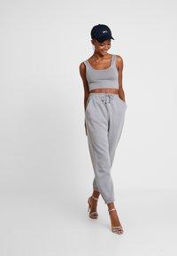 Missguided - SCOOP NECK BRALET JOGGER SET - Pantalon de survêtement - grey - 1