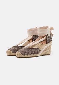 Coach - CARMEN JACQUARD  - Platform heels - oak - 2