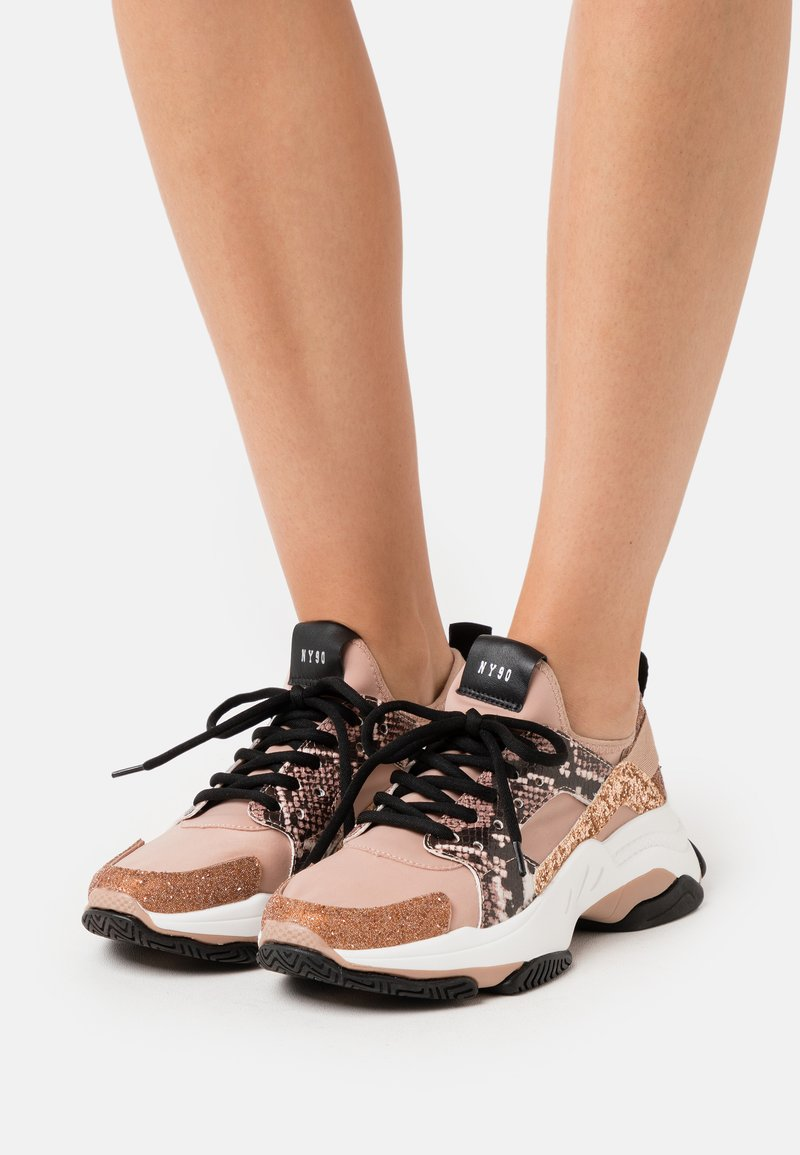 Steve Madden - AJAX - Joggesko - rose gold