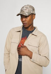 Mennace - AFTERMATH DOUBLE POCKET - Camisa - beige - 3
