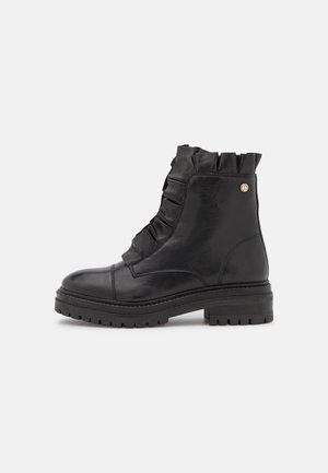 PRETTY - Snørestøvletter - black