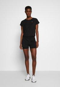 ONLY PLAY Tall - ONPAUBREE LOOSE TRAINING TEE  - Camiseta estampada - black - 1