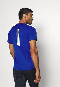 adidas Performance - T-shirt med print - royblu - 2
