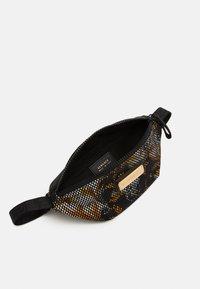 Versace - MARSUPIO TARGHETTA ST BAROCCO UNISEX - Bum bag - nero/oro/bianco - 2