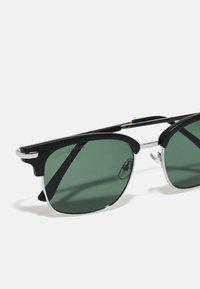 Urban Classics - SUNGLASSES CRETE WITH PEARL CHAIN UNISEX - Sunglasses - black/green with pearl chain - 5
