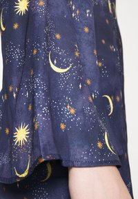 Never Fully Dressed - HIGH NECK MINI MOON AND STARS DRESS - Etui-jurk - navy multi - 6