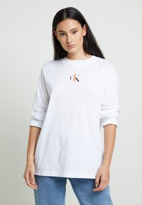 Calvin Klein Jeans - BACK GRAPHIC UNISEX - Long sleeved top - bright white - 3