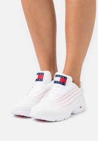 Tommy Jeans - HERITAGE GRADIENT - Trainers - white - 0