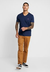 Levi's® - VNECK - T-shirt med print - dress blues - 1
