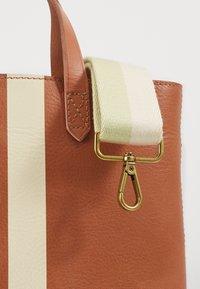 Madewell - INSET ZIP TRANSPORT XBODY PAINTED STRIPE  - Handbag - desert camel - 3